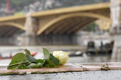 Algunas personas han rendido ya tributo a las víctimas mortales.