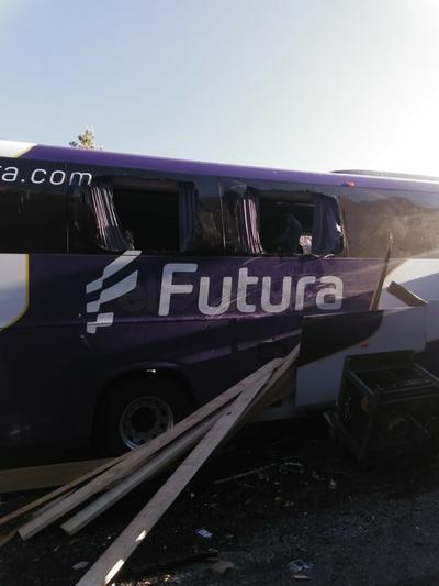 El chofer del autobús no se percató que un tráiler cargado con madera se encontraba parado.