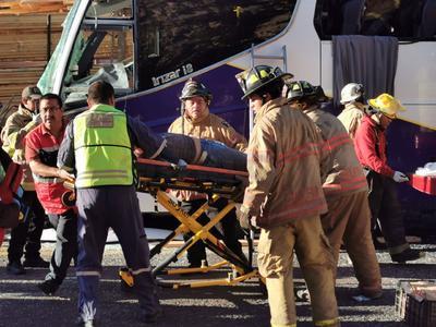 El camión de pasajeros chocó por alcance contra un tractocamión.