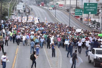Miles de obreros, empresarios, prestadores de servicios y comerciantes así como alcaldes de varios municipios participaron en la mega marcha en Monclova.