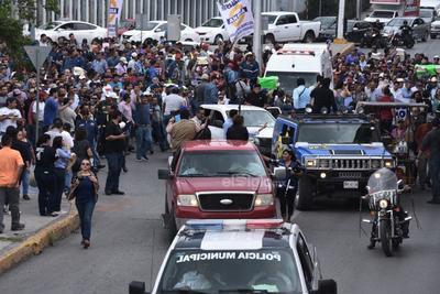 Este movimiento que reúne a miles de personas es para apoyar Altos Hornos de México, como una muestra al gobierno federal para que evite provocar algún daño a la siderúrgica.