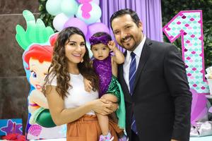31052019 Yessica en brazos de sus papás, Yessica Haydée Cruz Jayme y José Eduardo Adriano de Hoyos.