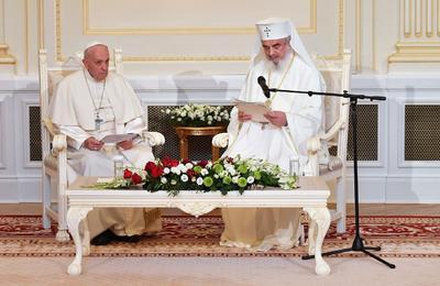 Mantuvo un encuentro en privado con el patriarca Daniel y después hablaron ante el Sínodo Permanente de la Iglesia ortodoxa y los representantes del Vaticano.