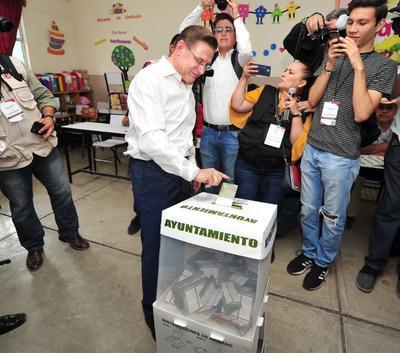 Así realizó su voto el gobernador del estado José Rosas Aispuro Torres.