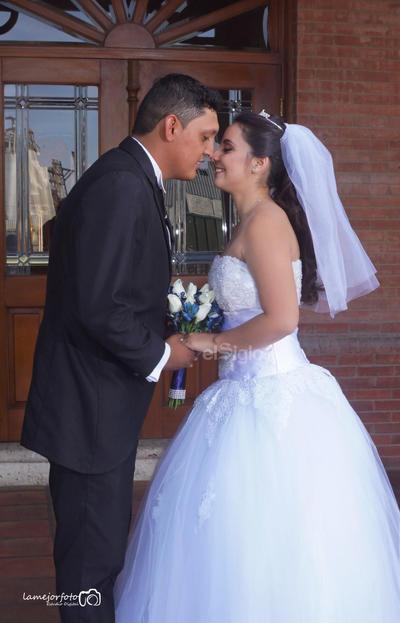 Víctor Calett Tapia y Dora Andrea Guerrero decidieron unir sus vidas para siempre el 27 de abril, ceremonia en la que estuvieron acompañados por sus familiares y amigos.