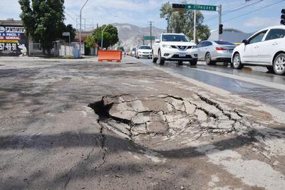Sobre la calzada Tecnológico de La Laguna, a la altura de la avenida Cipreses el pavimento sufrió daños justo en el tramo donde se han estado realizando trabajos de renovación a la red de drenaje. Fueron varios los hundimientos registrados.