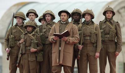 Actores representando a soldados de la Segunda Guerra Mundial.