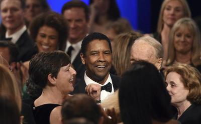 El público con múltiples generaciones de astros de Hollywood, de Michael B. Jordan y Mahershala Ali a Cicely Tyson y Morgan Freeman se unió al actor en el aplauso.