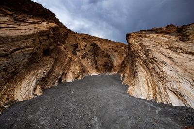 Un pequeño sendero que separa dos laderas del Cañón Mosaic.