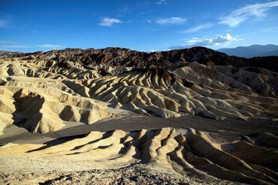 El paisaje erosionado y compuesto de sedimentos del lago Furnace Creek.