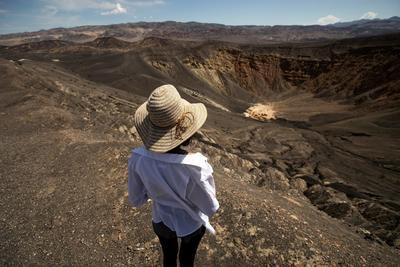 Una turista camina alrededor del borde del cráter Ubehebe.
