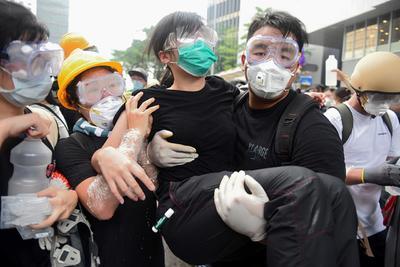 La policía les lanzó gases lacrimógenos.
