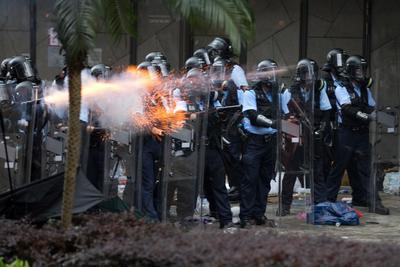 Los manifestantes denunciaron que la policía está defendiendo a la jefa del Ejecutivo hongkonés.