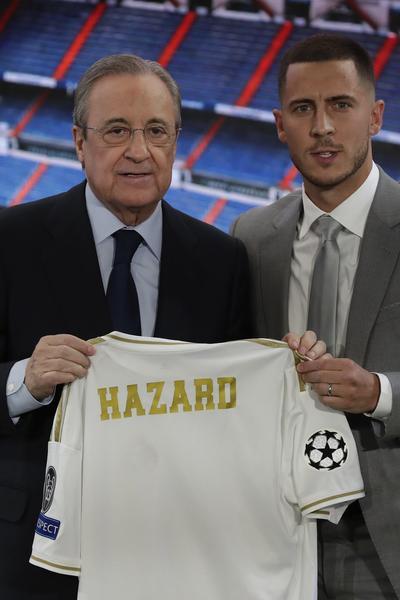 El máximo mandatario madridista se mostró muy satisfecho con la llegada de la estrella belga, y tuvo buenas palabras para un hombre que congregó a miles de aficionados en el estadio Santiago Bernabéu.