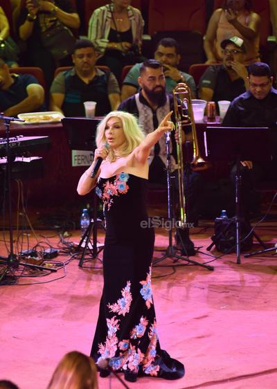 Acompañada de nueve músicos, 'La dama de hierro' continuó con Completamente tuya y Sola con mi soledad.