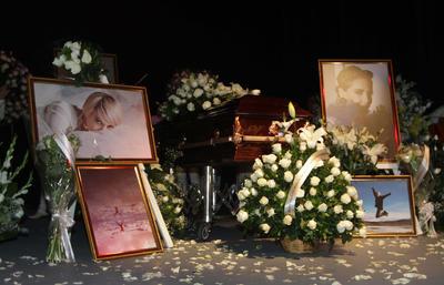 Tras la tercera llamada, muy al estilo teatral, se abrió el telón y apareció el escenario presidido por los restos de Edith González, que estaban acompañados por diversas fotos de la arista y una gran cantidad de flores blancas.