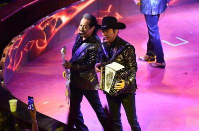 """Los artistas se tomaron de las manos para saludar al público. """"Buenas noche amigos de Gómez Palacio, de Torreón y de toda la Comarca Lagunera."""