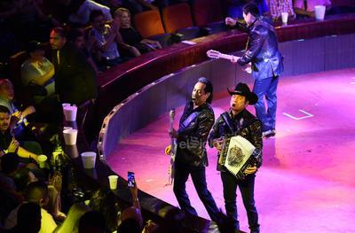 Los espectadores hicieron peticiones musicales a Los Tigres del Norte y las cumplieron.