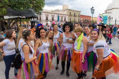 Más que los arcoíris, lo que destacó en la marcha fue la presencia de madres de familia que caminaron al lado de sus hijas e hijos