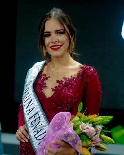 Raquel García, nueva reina de la FENADU.