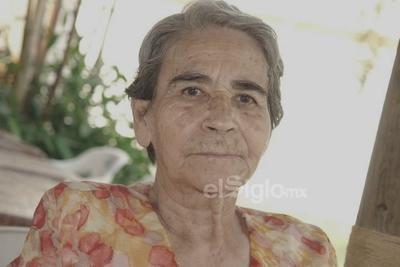 Abuelita Coty festejando un cumpleaños.