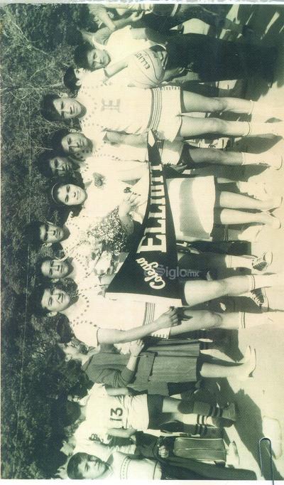 Equipo de basquet del Colegio Elliot. Madrina, Maestra Martha Sarita Martínez, Adrián Tovar, José de la Cruz (f), Reginaldo Rimoldy (f), Juan Sánchez, Ricardo Castellanos, Raúl Castellanos y Antonio Silva Tonche. 1965.