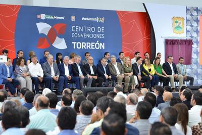 También estuvieron representantes de cámaras empresariales, organismos de la sociedad civil, autoridades de la Comarca Lagunera y hasta de otros municipios del estado.