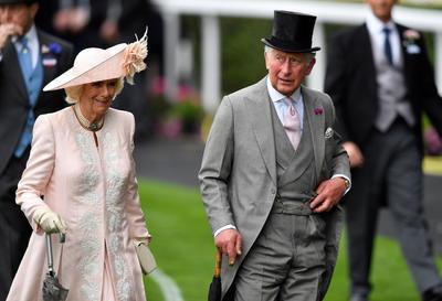 Camila, duquesa de Cornualles (i) y Carlos, príncipe de Gales (d), a su llegada este martes a las carreras de caballos.