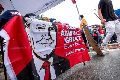 Trump lanzó su campaña ante más de 20 mil furibundos seguidores que lo aclamaban.