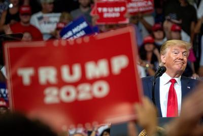 Ya en el evento, Trump lanzó críticas a la prensa y a la clase política contra la que compitió en 2016.