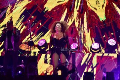 La velada continuó con otros grandes hits de Alejandra, como Oye, mi amor (cover de Maná), La plaga, Reina de corazones y por supuesto Hacer el amor con otro. Para algunos de sus fans esta es la melodía más emblemática de la trayectoria de Guzmán.
