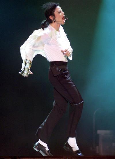Gran parte de esas cifras de escándalo comenzaron con el fenómeno de 'Thriller' (1982), que, según el libro Guinness de los Récords, continúa siendo el disco más vendido de la historia y el primero que logró rebasar las más de 100 millones de copias en todo el mundo.
