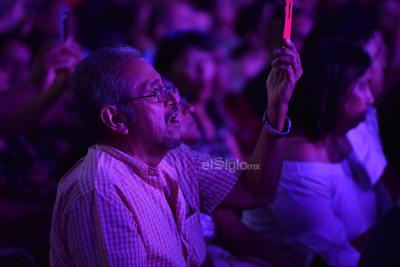 Minutos antes de la media noche el público de pie ovacionó a su ídolo, quien se despidió con la canción Yo sé que no es feliz.