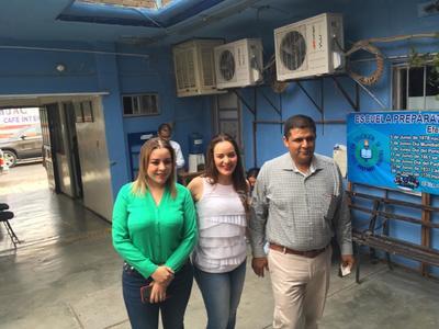 Poco antes de las 10 de la mañana, el candidato por la alcaldía de Lerdo del Partido Revolucionario Institucional (PRI) Homero Martínez, emitió su voto acompañado por su esposa y la senadora por Coahuila Verónica Martínez.