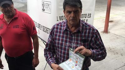 Ulises Adame de León, candidato a la alcaldía de Ciudad Lerdo por el partido Movimiento Regeneración Nacional (Morena), emitió su voto a las 10:00 horas, en la casilla ubicada en la Escuela Primaria Francisco Sarabia, acompañado de su esposa.