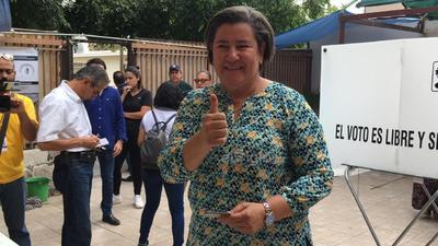 La candidata del PAN a la alcaldía de Gómez Palacio, Claudia Galán, acudió a emitir su voto a la casilla 552 y exhortó a la ciudadanía a que cumpla con este derecho.