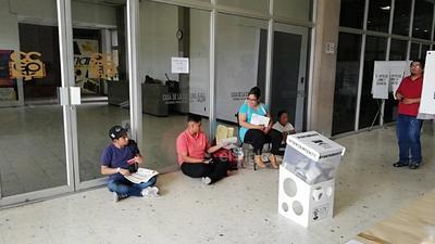 En la casilla 0535 de Gómez Palacio no hubo sillas para todos los representantes de partidos y se sentaron en el suelo.