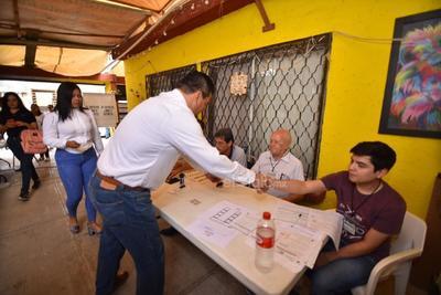 El candidato del PAN por la alcaldía de Lerdo, Raúl Villegas, acudió a emitir su sufragio.