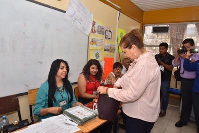 La alcaldesa de Lerdo, María Luisa González Achem, emitió su voto esta mañana en la escuela primaria Felicitas Cordero acompañada por su familia. Dijo que esperará los resultados de forma respetuosa.
