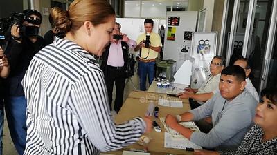 La candidata de Morena por la alcaldía de Gómez  Palacio, Marina Vitela, votó esta mañana.