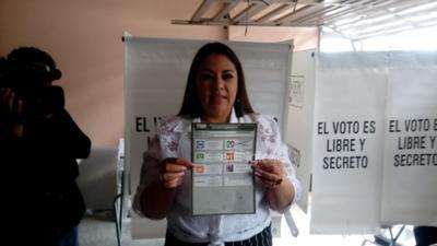 La Candidata del PRI por la alcaldía de Gómez Palacio, Anavel Fernández, ya acudió a las urnas.