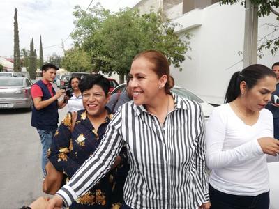 Alrededor de las 11:00 horas, la candidata a la alcaldía de Gómez Palacio, por el partido Movimiento Regeneración Nacional (Morena), Alma Marina Vitela Rodríguez, acudió a emitir su voto a la casilla instalada en la Casa de la Cultura de la colonia El Campestre.