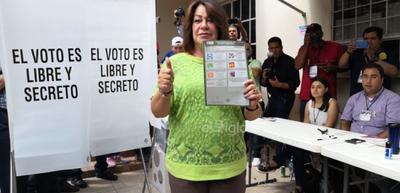 La alcaldesa de Gómez Palacio, Leticia Herrera Ale, también acudió temprano a las urnas.