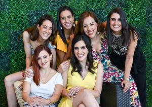 02062019 POR CASARSE.  Sarahí Romo Cuéllar acompañada de algunas de sus amigas en su despedida de soltera.