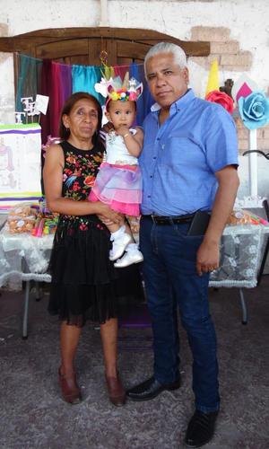 01062019 Adannary con sus abuelos, Sra. Julia Pérez de Aguilar y Sr. Polo Aguilar.