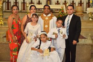02062019 Camila Fernanda, Fernando Octavio y Carmen Fernanda con sus padrinos: Eréndida, Rosa Elizabeth y Pablo Rafael.