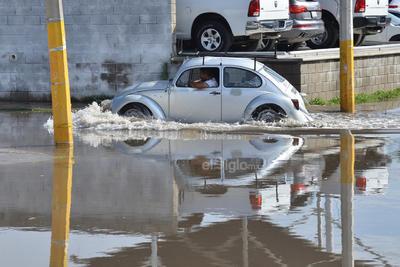 El agua afectó el paso de vehículos.