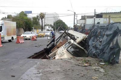 En Hidalgo esquina con avenida Juan Pablos un camión cayó en una zanja a consecuencia del debilitamiento del pavimento.