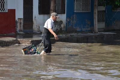 Los habitantes tuvieron que lidiar con las calles anegadas para seguir realizando sus labores cotidianas a pesar de la dificultad.