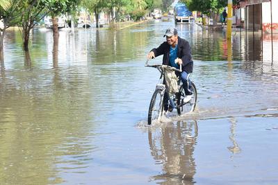 Para continuar en su jornada habitual, los ciudadanos se enfrentaron a calles anegadas ante el peligro de encontrarse con algún pozo. Peatones y ciclistas se vieron afectados en su manera de trasladarse.